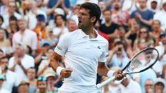 Indosport - Novak Djokovic melawan Kyle Edmund di hari keenam Wimbledon 2018.