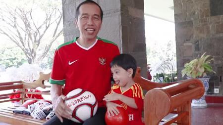 Jokowi dan Jan Ethes berolahraga tinju dan sepak bola - INDOSPORT