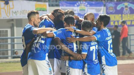 Aksi selebrasi pemain Persib Bandung setelah Ezechiel mencetak gol. - INDOSPORT