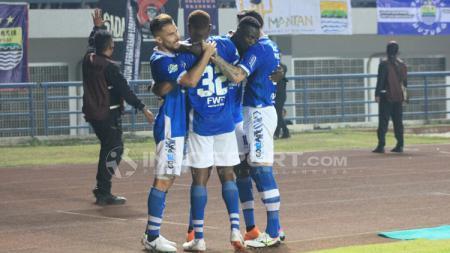 Ezechiel N'Douassel merayakan gol bersama rekan satu timnya. - INDOSPORT