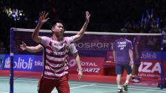 Indosport - Aksi selebrasi Marcus Fernaldi Gideon/Kevin Sanjaya Sukamuljo menjadi juara Indonesia Open 2018.
