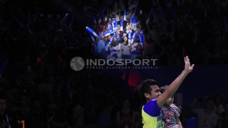 Tontowi Ahmad tengah menggendong anaknya usai juara Indonesia Open 2018. - INDOSPORT