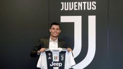 Indosport - Ilustrasi Cristiano Ronaldo berfoto di samping logo Juventus.