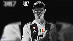 Indosport - Poster Cristiano Ronaldo dengan menggenggam logo Juventus yang ada di jersey.