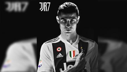 Poster Cristiano Ronaldo dengan menggenggam logo Juventus yang ada di jersey.