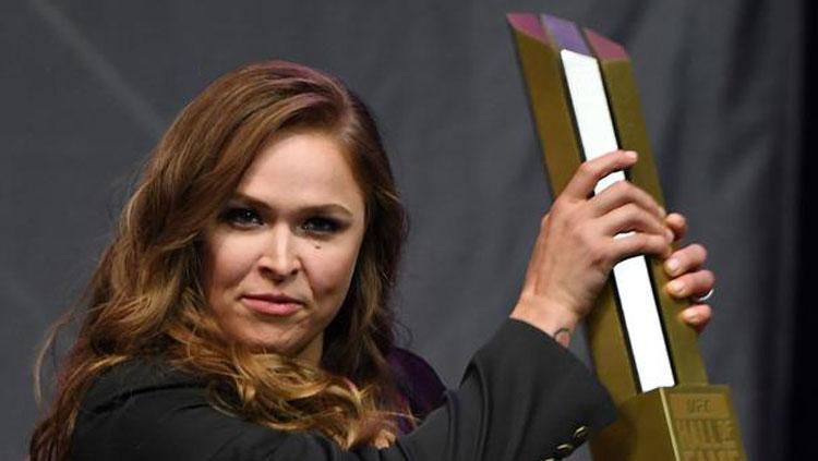Ronda Rousey saat menerima penghargaan Hall of Fame dari UFC. Copyright: AFP/Ethan Miller