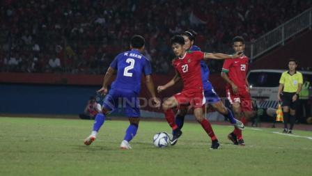 Aji Kusuma dikawal dua pemain Thailand sekaligus.