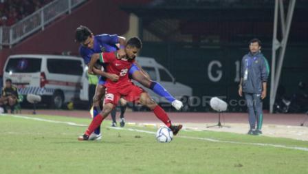 David Kevin Wato Rumakiek duel dengan pemain Thailand.
