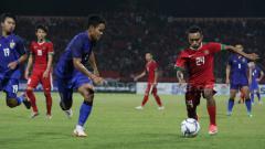 Indosport - Todd Rivaldo Ferre menggiring bola ke arah gawang Thailand.