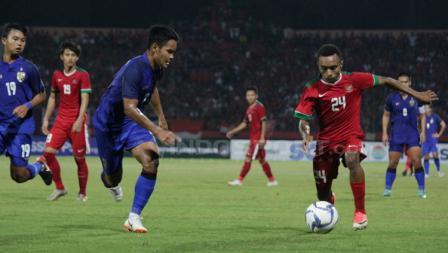 Todd Rivaldo Ferre menggiring bola ke arah gawang Thailand.