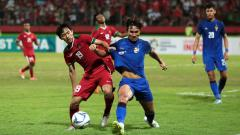 Indosport - Pemain Timnas U-19 Hanis Saghara berebut bola dengan penggawa Thailand U-19 di Piala AFF U-18 2018.