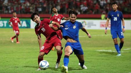 Pemain Timnas U-19 Hanis Saghara berebut bola dengan penggawa Thailand U-19 di Piala AFF U-18 2018. - INDOSPORT