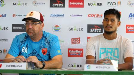 Robert Rene Alberts dan Abdul Rahman Sulaeman dalam jumpa pers. - INDOSPORT