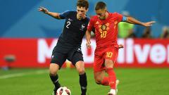 Indosport - Eden Hazard mencoba merebut bola di kaki Benjamin Pavard.