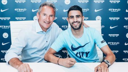 Riyad Mahrez menandatangani kontrak di klub barunya, Man City. - INDOSPORT