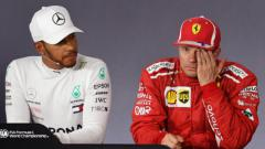 Indosport - Pembalap F1 tim Mercedes, Lewis Hamilton (kiri) dan Kimi Raikkonen, pembalap F1 tim Ferrari.