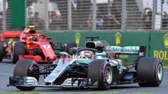 Indosport - Kimi Raikkonen (kiri) dan Lewis Hamilton, saat berada di lintasan balap.