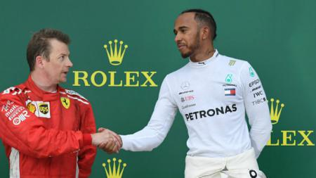 Kimi Raikkonen dan Lewis Hamilton saling berjabat tangan di atas podium. - INDOSPORT