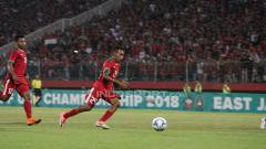 Indosport - Todd Rivaldo Ferre berusaha mencetak gol ke gawang Thailand. Senin (09/07/18).