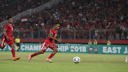 Todd Rivaldo Ferre berusaha mencetak gol ke gawang Thailand. Senin (09/07/18). - INDOSPORT