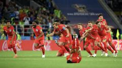 Indosport - Kyle Walker berguling di lapangan karena kram