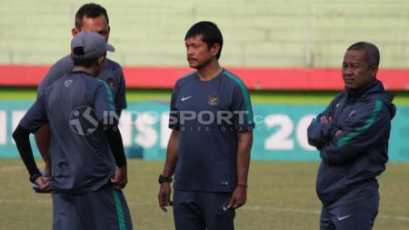 Indra Sjafri bersama staff pelatih dalam latihan timnas jelang laga semifinal Piala AFF U18. - INDOSPORT