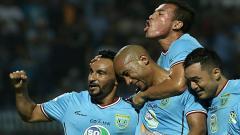 Indosport - Skuat Persela merayakan gol Loris Arnaud ke gawang Borneo FC.