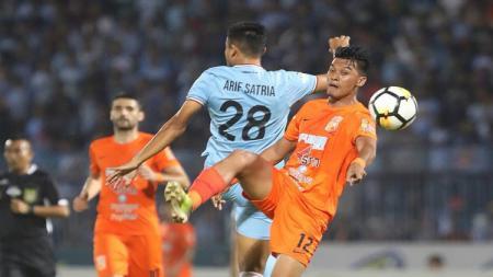 Duel udara antara pemain Persela dan Borneo FC. - INDOSPORT