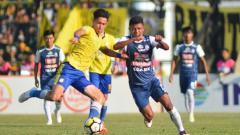 Indosport - Gavin Kwan Adsit (kiri) mencoba melewati hadangan pemain Arema FC.
