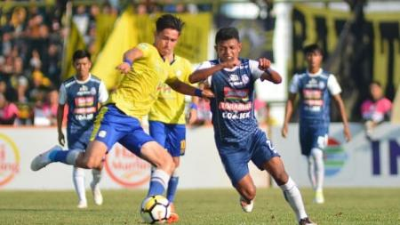 Gavin Kwan Adsit (kiri) mencoba melewati hadangan pemain Arema FC. - INDOSPORT