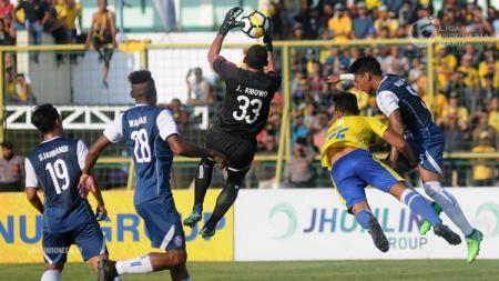 Joko Ribowo saat menangkap bola di pertandingan Barito Putera vs Arema FC Liga 1 2018. - INDOSPORT