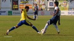 Indosport - Samsul Arif saat merebut bola pemain lawan di pertandingan Barito Putera vs Arema FC Liga 1 2018.