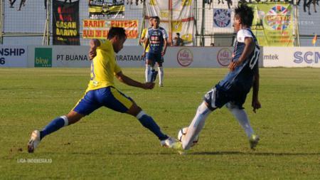 Samsul Arif saat merebut bola pemain lawan di pertandingan Barito Putera vs Arema FC Liga 1 2018. - INDOSPORT