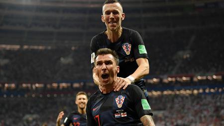 Mario Mandzukic mencetak gol kedua yang membuat Kroasia unggul atas Inggris. - INDOSPORT