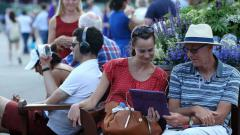Indosport - Penonton Wimbledon menonton Piala Dunia 2018 saat perempatfinal Wimbledon 2018.