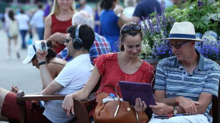Penonton Wimbledon menonton Piala Dunia 2018 saat perempatfinal Wimbledon 2018. - INDOSPORT