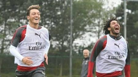 Gelandang klub Liga Inggris, Arsenal yang saat ini dipinjamkan ke Besiktas, Mohamed Elneny (kanan), mendapat penolakan dari AC Milan. - INDOSPORT
