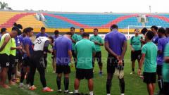 Indosport - Sriwijaya FC saat melakukan doa sebelum latihan.