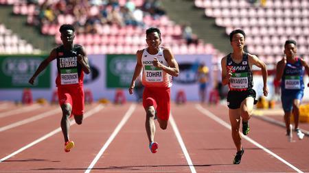 Lalu Muhammad Zohri (kedua dari kiri) duel dengan pelari Trinidad dan Tobago dan Jepang. - INDOSPORT
