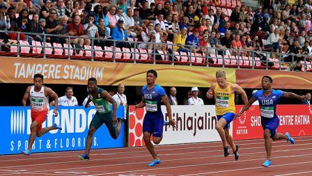 Lalu Muhammad Zohri bersaing dengan pelari negara lain untuk sampai finish.
