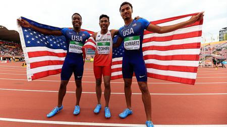 Muhammad Zohri dari Indonesia (tengah), Anthony Schwartz dan Eric Harrison dari Amerika Serikat (AS) di kejuaraan dunia lari 100 meter putra U-20. - INDOSPORT