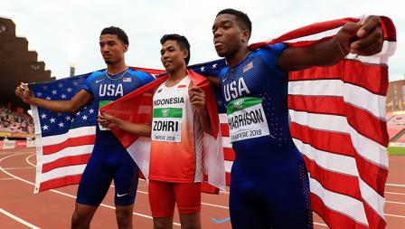 Muhammad Zohri dari Indonesia (tengah), Anthony Schwartz dan Eric Harrison dari Amerika Serikat (AS) di kejuaraan dunia lari 100 meter putra U-20.