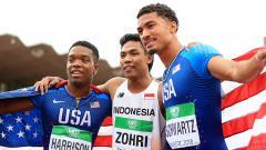 Indosport - Muhammad Zohri dari Indonesia (tengah), Anthony Schwartz dan Eric Harrison dari Amerika Serikat (AS) di kejuaraan dunia lari 100 meter putra U-20.