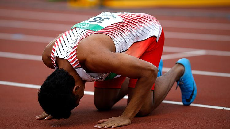 Sujud syukur Lalu Muhammad Zohri juara dunia di Finlandia. Copyright: INDOSPORT