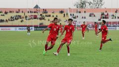 Indosport - Selebrasi gol yang berhasil dicetak oleh Win Naing Tun.