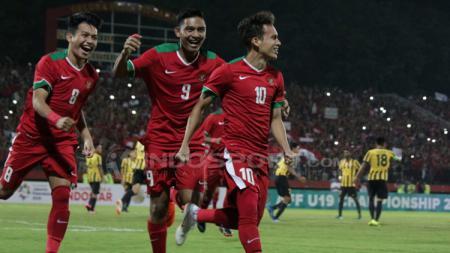 Egy Maulana Vikri saat akan merayakan gol bersama rekan satu timnya. - INDOSPORT