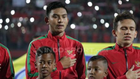 Penggawa Timnas Indonesia U-19 saat mengheningkan lagu Indonesia Raya. - INDOSPORT
