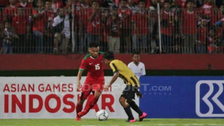 Saddil Ramdani berusaha melewati pemain Malaysia. - INDOSPORT