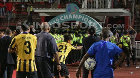 Tim Malaysia U-19 menjadi sasaran lemparan botol dari oknum suporter Indonesia di Sidoarjo. - INDOSPORT