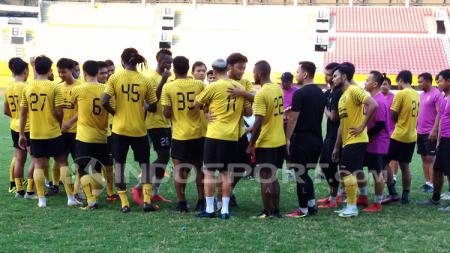 Para pemain Sriwijaya berpamitan usai dilepas oleh pihak manajemen klub. - INDOSPORT